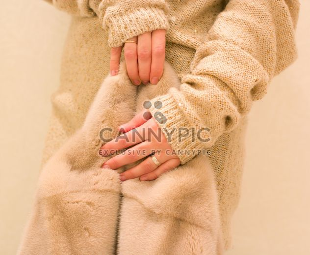 Casaco de pele em fêmea mãos clsoeup - Free image #347955