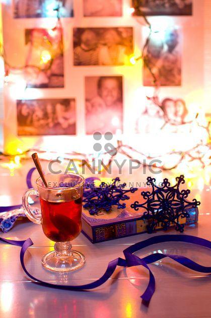 Taza de té, libro y decoraciones de la Navidad - image #347975 gratis