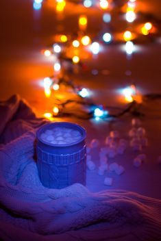Hot cocoa with marshmallows in light of garlands - image gratuit #347985