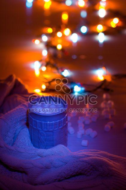 Chocolate caliente con malvaviscos a la luz de guirnaldas - image #347985 gratis