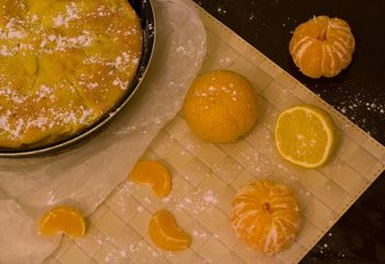 Apple pie and tangerines on table - image #348035 gratis