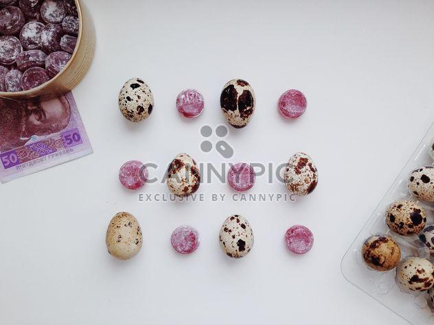 Dulces y huevos de codorniz sobre fondo blanco - image #348665 gratis
