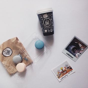 Coffee cup, macaroons and photo cards - бесплатный image #348955