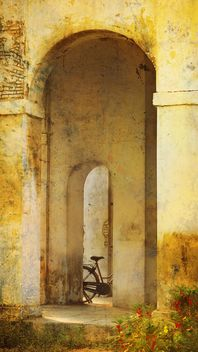Bicycle in arch of building - image #359155 gratis