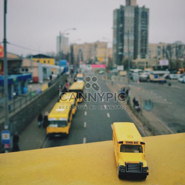 Autobús de la escuela de miniatura - image #363665 gratis