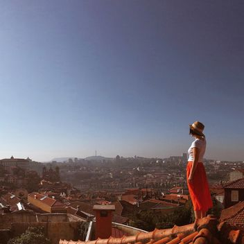 Woman looking at city - image gratuit #394815