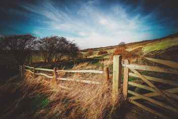 Landscape with wooden fence in field - image #136205 gratis