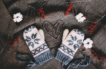 Wool mittens and red berries on background of sacking - бесплатный image #136275