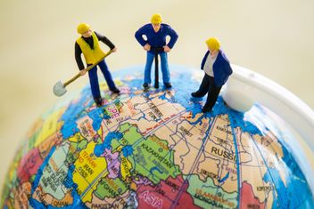 Miniature workers on the globe - image #136335 gratis
