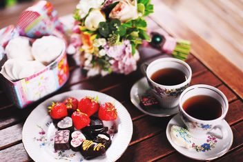 Tea and chocolate candies - image gratuit #136395