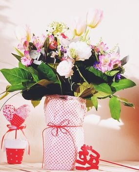 Bouquet of flowers in vase - image #136405 gratis