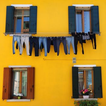 Clothes drying outside of house - Kostenloses image #136695