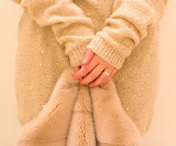 Fur coat in female hands clsoeup - image gratuit #182545