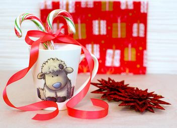 Christmas decorations and candies in cup - бесплатный image #182605
