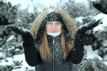 Portrait of woman in winter park - image gratuit #182635