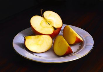 Sliced apple in plate - бесплатный image #182765