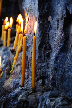 Burning candles on rock - image gratuit #183055