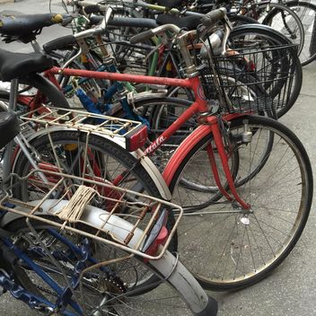 Old bikes on parking - image gratuit #183125