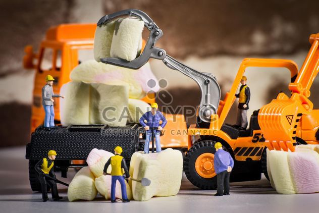Tiny figurine-workers on marshmellow - image #183455 gratis