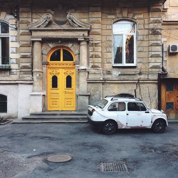 Old car parked near house - бесплатный image #183555