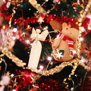 Closeup of Christmas decorations on Christmas tree - image #183865 gratis