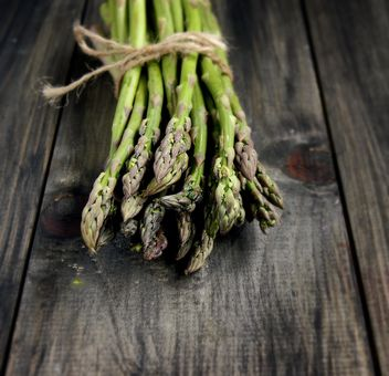 green asparagus on a wooden table - image #183915 gratis
