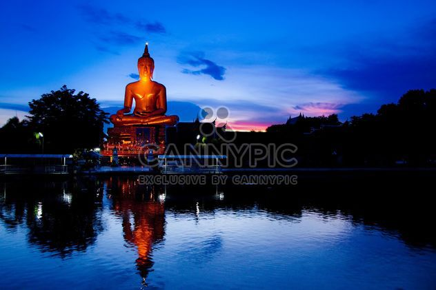 Buddha statue near the pond - image #184275 gratis