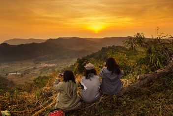 Three girls taking picture of sunset - image gratuit #184285