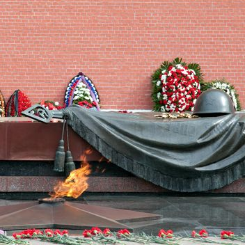Tomb of the Unknown Soldier and eternal flame in Alexander Garden - image #186215 gratis