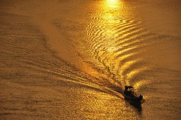 silhouette of a fishing boat - image gratuit #186445