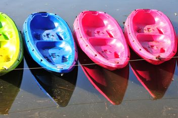 Colorful kayaks docked - image #186515 gratis