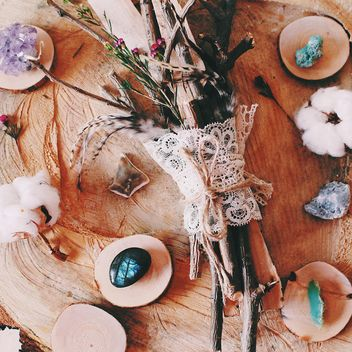 Bouquet of branches on wooden stump - бесплатный image #186615