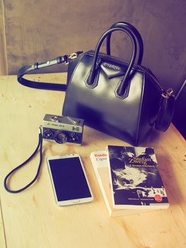 Vintage camera, smartphone and books - image gratuit #186965