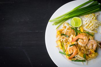 Noodle with shrimps in plate on black background - бесплатный image #187025