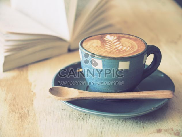 Coffee latte art and open book on wooden table - image gratuit #187075