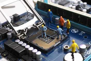 Miniature engineers working with electronic - бесплатный image #187135