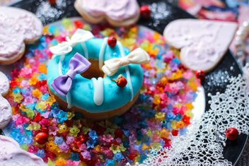 Doughnut decorated with bows - image #187195 gratis