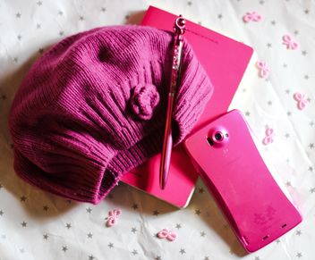 Pink smartphone, notebook, hat and pen - image gratuit #187235