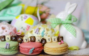 Macaroons, Easter decorations and message Happy Easter - бесплатный image #187595