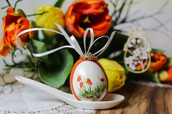 Painted Easter egg in spoon - image #187605 gratis