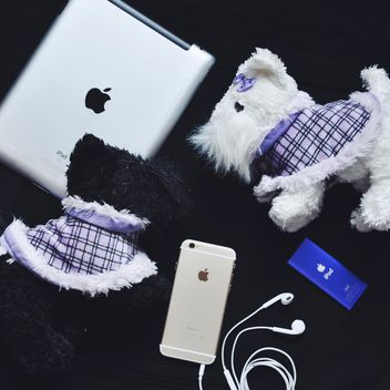 iphone apple and toy dog - image #198695 gratis