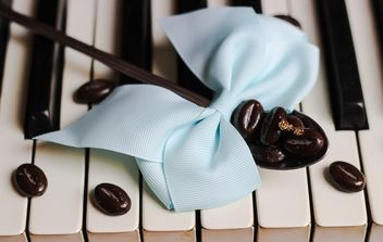 Coffee beans on piano - image gratuit #200935