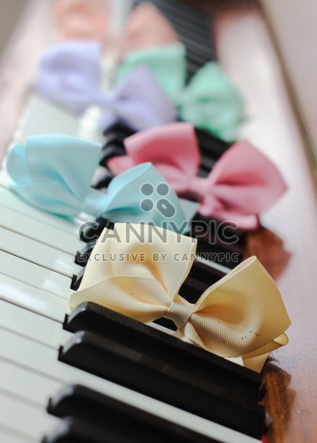 Bows Of Beads On The Piano - image #200975 gratis