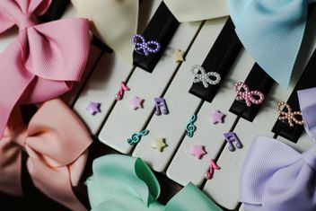Bows Of Beads On The Piano - image gratuit #200985