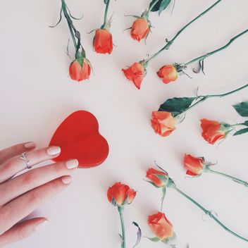 Red roses and female hand touching red heart - бесплатный image #271765