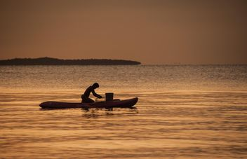 Fisherman in a boat - image #271825 gratis