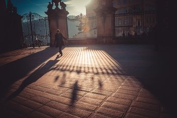 Man under sunlight in street - image gratuit #273835