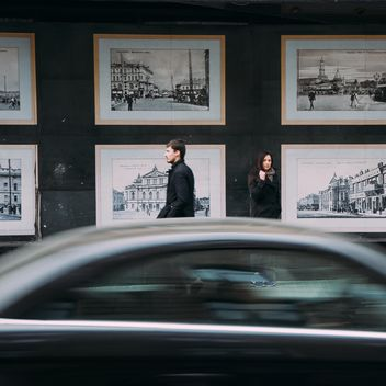 People near building with pictures - бесплатный image #273915