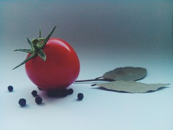 Tomato with black pepper and bay leaves - image gratuit #274845