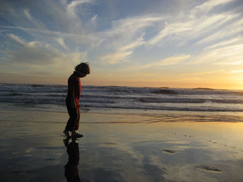 Kid on Beach Looking at the Sky in the Sand - image gratuit #278335